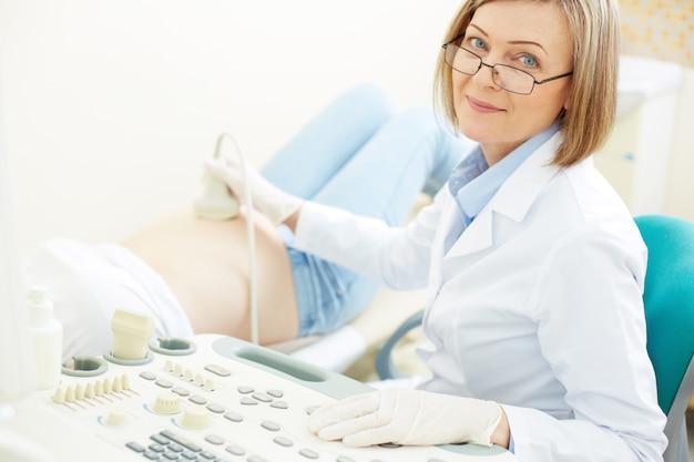 Close-up do doutor com equipamento de ultrassom Foto gratuita