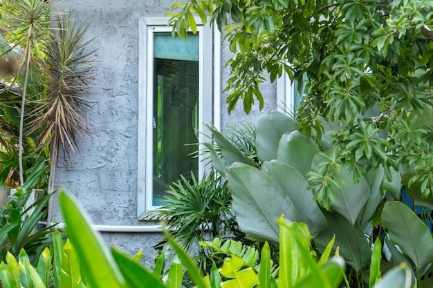 Close up do estilo loft de casa no jardim verde Foto Premium