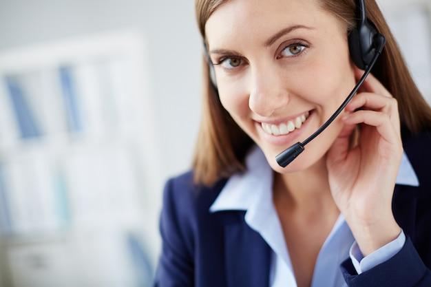 Close-up do executivo fazer um telefonema Foto gratuita