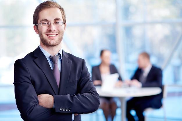 Close-up do executivo feliz Foto gratuita
