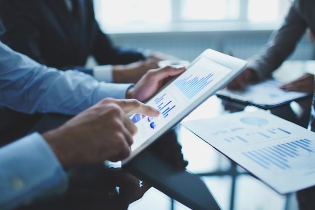 Close-up do homem de negócios com tabuleta digital Foto gratuita