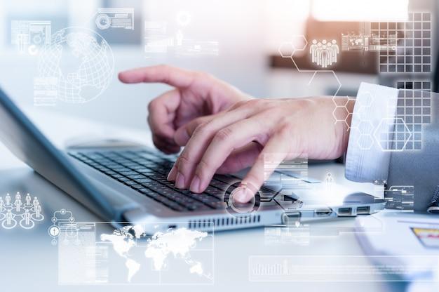 Close-up do homem de negócios, digitando no computador portátil com efeito de camada de tecnologia Foto Premium