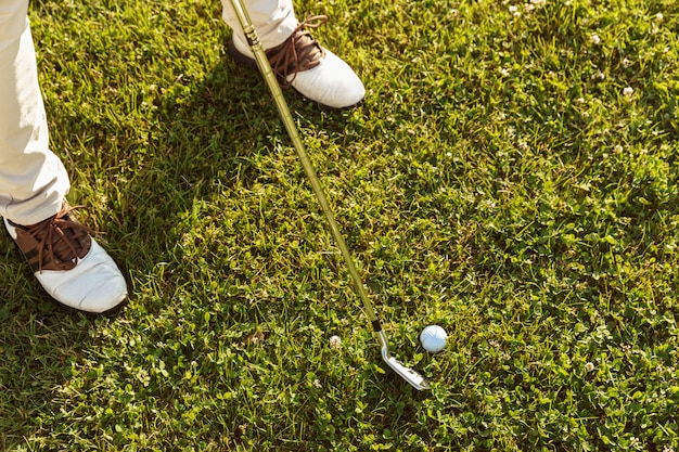 Close-up do jogador de golfe masculino teeing off Foto gratuita