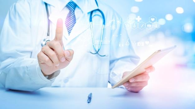 Close-up do médico está mostrando dados de análise médica. Foto Premium