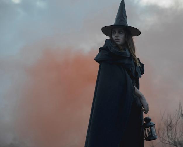 Close-up do modelo de bruxa masculina de halloween, olhando para longe Foto gratuita