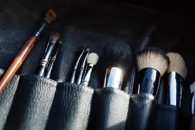 Close-up do organizador aberto com pincéis de maquiagem Foto Premium