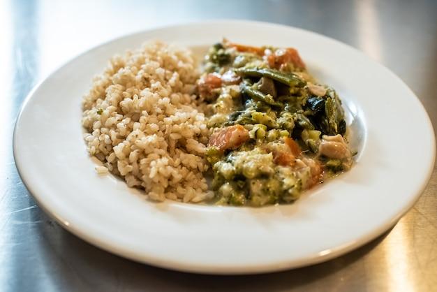Close-up do risoto cremoso com vegetais, prato italiano do arroz. Foto Premium