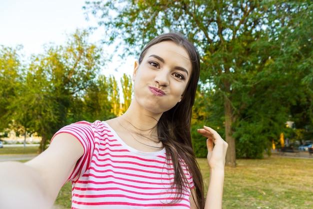Close-up do rosto da menina na moda está fazendo foto de selfie Foto Premium