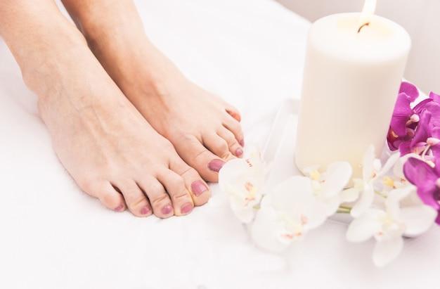 Close-up dos pés da mulher e decorações de salão de beleza Foto Premium
