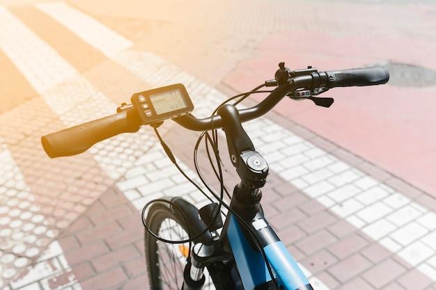 Close-up e-bicicleta na rua com sunflare Foto gratuita