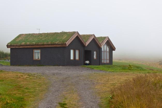 Close-up em casas rurais crescidas Foto Premium