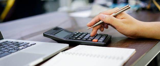 Close-up em dedo de empregado homem dedo em calculadora Foto Premium
