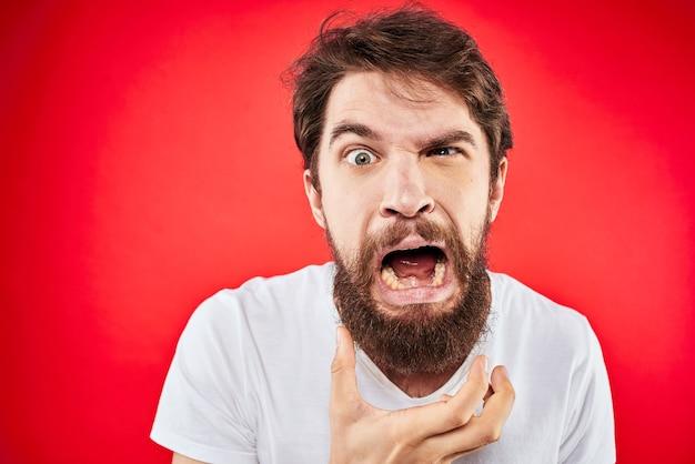 Close-up em jovem bravo com uma barba isolada Foto Premium
