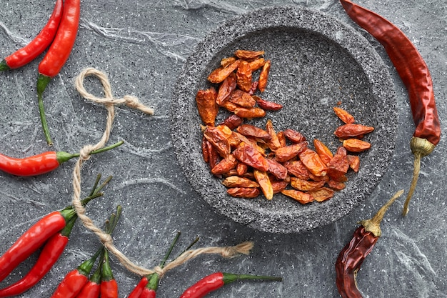 Close-up em red hot chilli peppers na pedra cinza, plana leigos Foto Premium