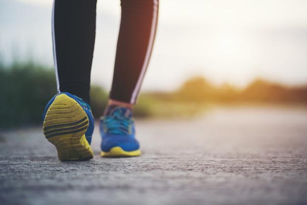 Close-up em tênis de corrida fitness mulheres treinamento e jogging Foto gratuita