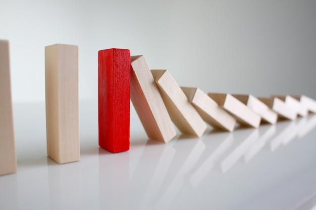 Close-up em um bloco de madeira diferente em uma fileira Foto Premium