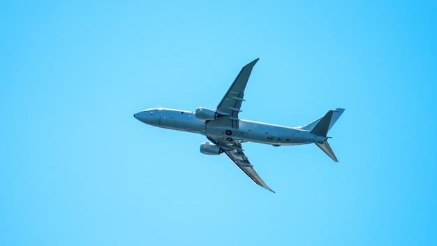 Close-up em vôo de avião no céu claro Foto gratuita