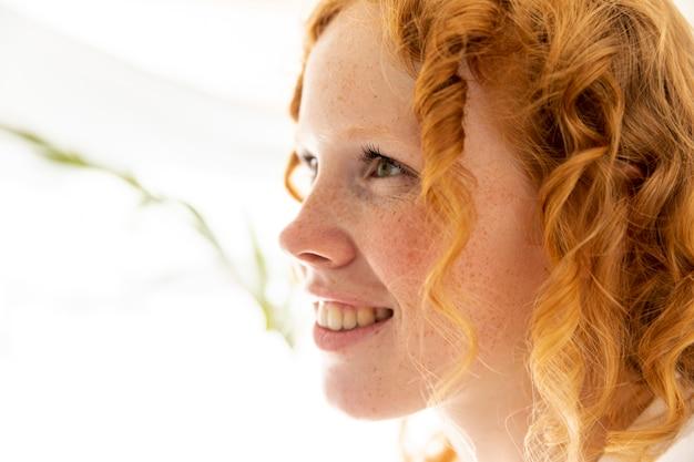 Close-up, feliz, mulher, com, cabelo ruivo Foto gratuita
