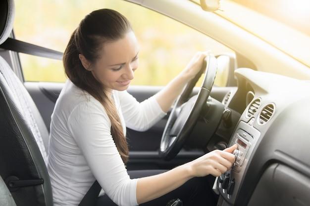 Close-up, femininas, mão, começar, carro Foto gratuita
