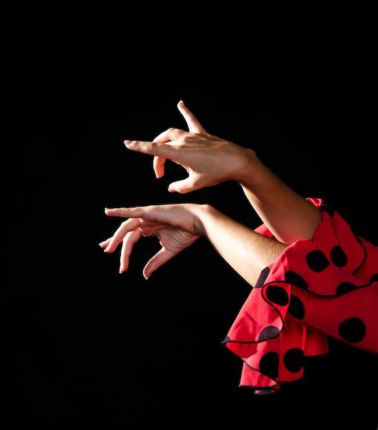 Close-up flamenca realizando floreo Foto gratuita