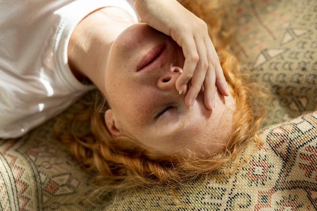Close-up garota cobrindo o rosto Foto gratuita