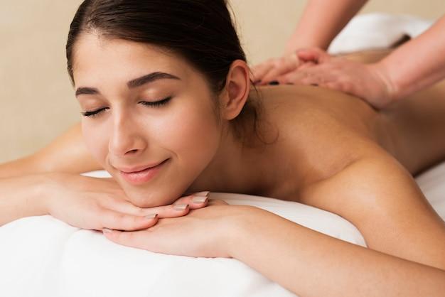 Close-up garota relaxada, recebendo uma massagem Foto gratuita