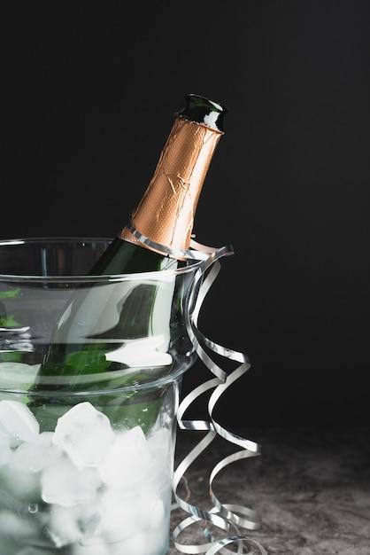 Close-up garrafa de champanhe com gelo Foto gratuita