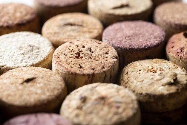 Close-up garrafa de vinho rolhas de ângulo elevado Foto gratuita