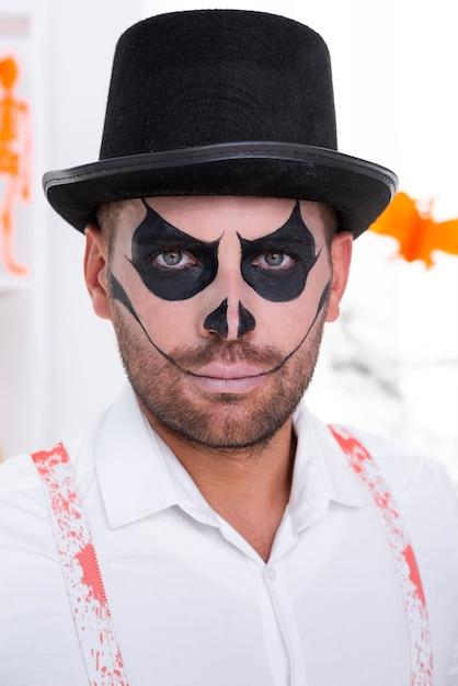 Close-up homem barbudo com chapéu de halloween Foto gratuita