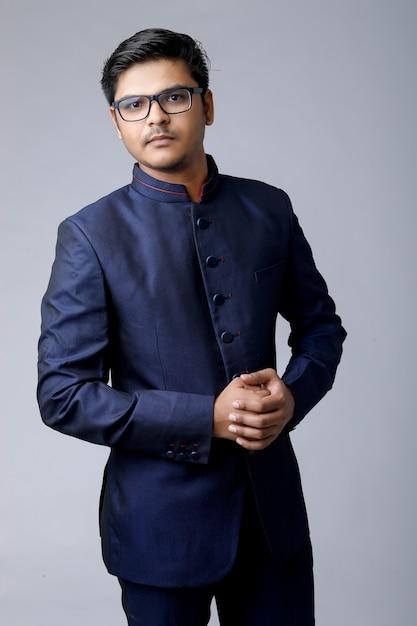 Close-up homem bonito e bem sucedido, usando óculos e um terno caro Foto Premium