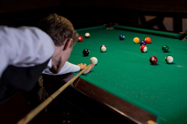 Close-up homem de terno jogando bilhar Foto gratuita