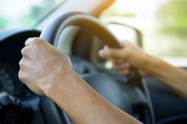 Close-up homem dirigindo carro na rua Foto Premium