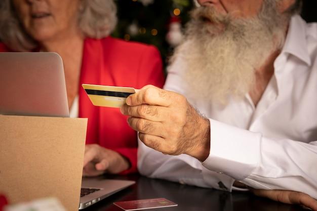 Close-up homem e mulher sênior com cartão de crédito Foto gratuita