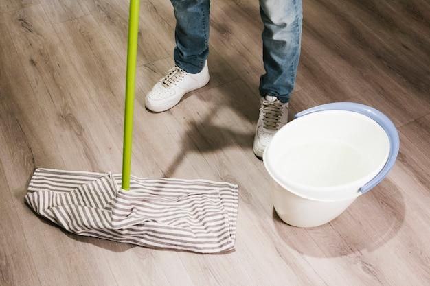 Close-up homem esfregando o chão Foto gratuita