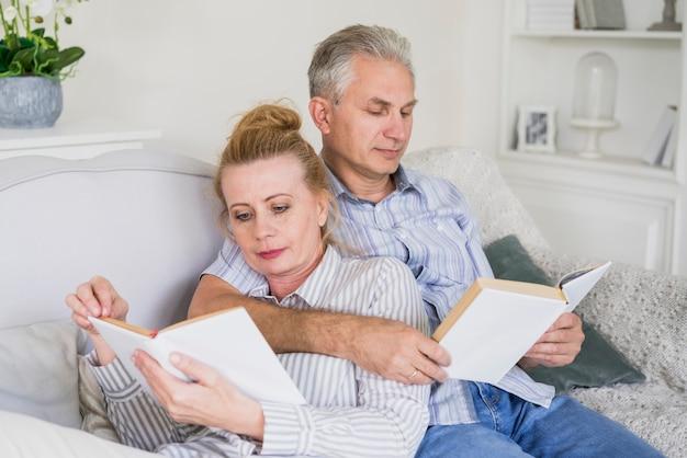 Resultado de imagem para idosos lendo