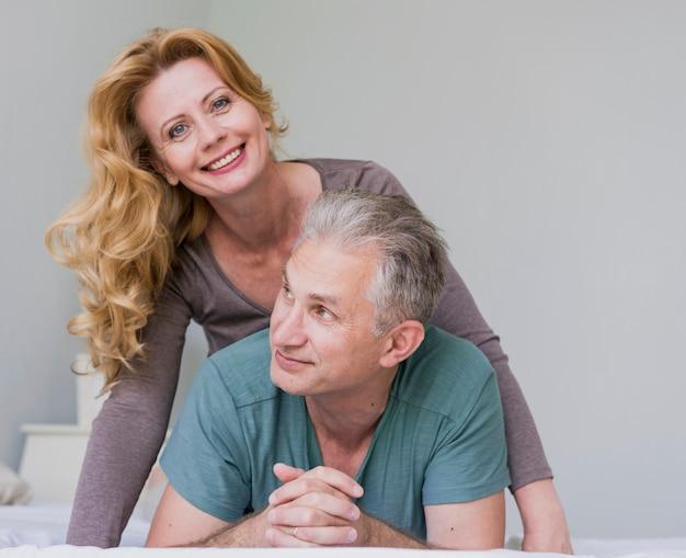 Close-up homem sênior e mulher sorrindo Foto gratuita