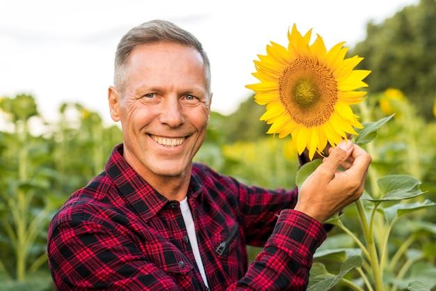 Close-up homem sorridente, olhando para a câmera Foto gratuita