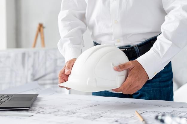 Close-up homem trabalhando no projeto arquitetônico Foto gratuita