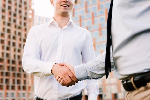 Close-up, homens apertando mãos Foto gratuita