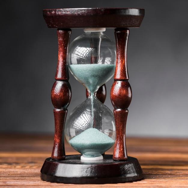 Close-up, hora, vidro, madeira, escrivaninha Foto gratuita