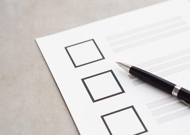 Close-up incompleto questionário eleitoral com caneta preta Foto gratuita