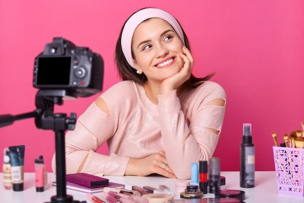 Close-up jovem blogueira gravando novo vídeo Foto gratuita