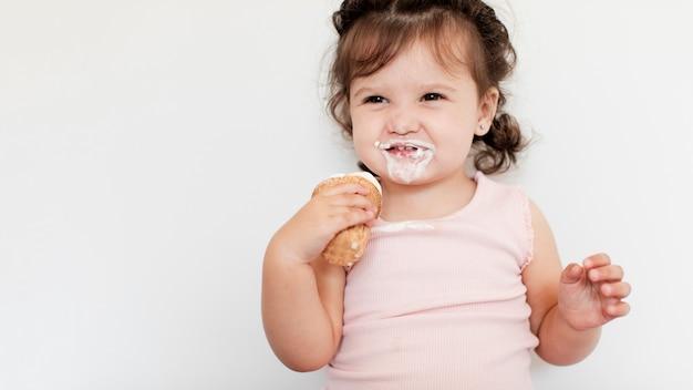 Close-up jovem comendo sorvete Foto gratuita