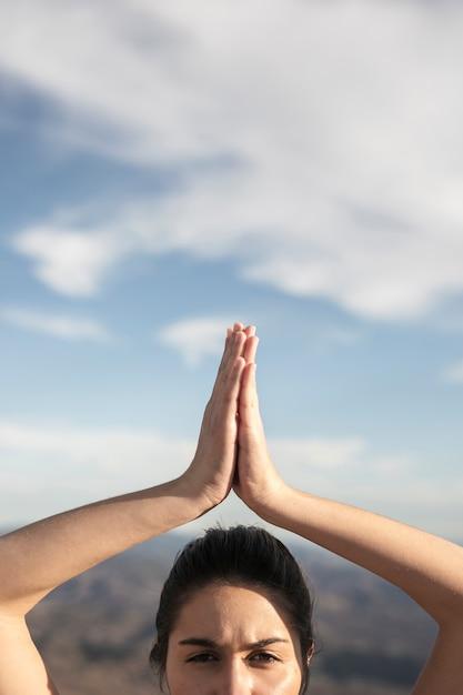 Close-up jovem em pose de ioga Foto gratuita