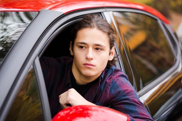 Close-up jovem turista dirigindo um carro Foto gratuita