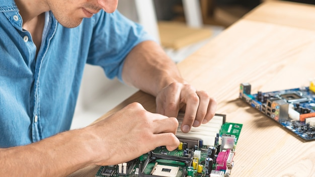 Close-up, macho, técnico, montagem, motherboard Foto gratuita