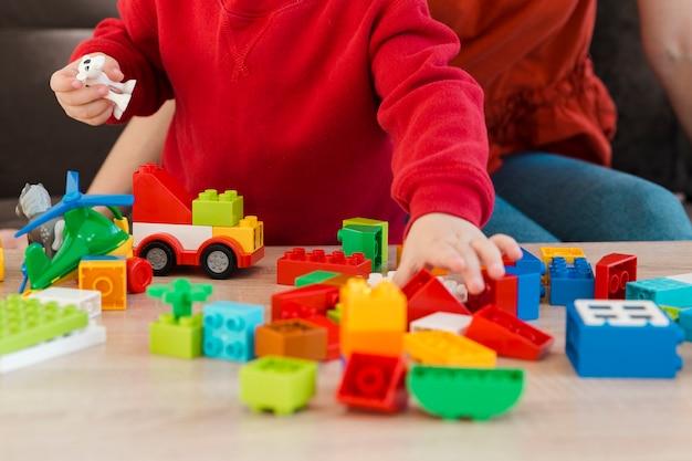 Close-up mãe e filho brincando Foto gratuita
