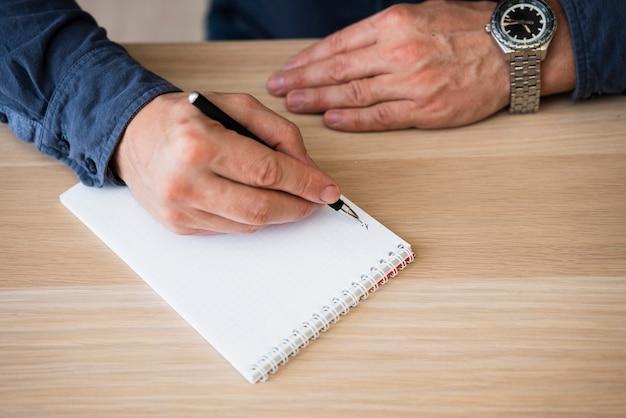 Close-up mão segurando a caneta do escritório Foto gratuita