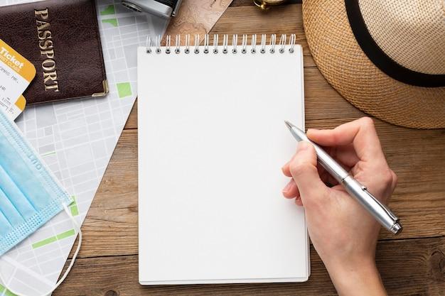 Close-up mão segurando caneta Foto gratuita