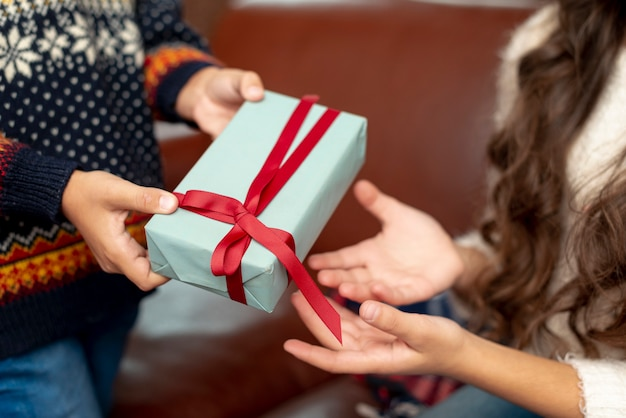 Close-up, menino menina, compartilhar presentes Foto gratuita